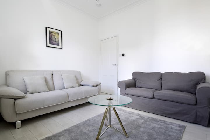 SCANDI CHIC apartment in TRENDY Stockbridge!!
