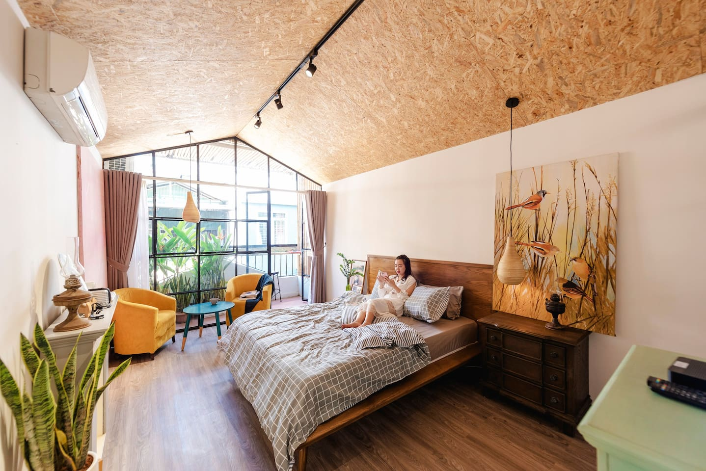 This rooftop bedroom is located on the 3rd floor of a complex house with coffee shop and serviced apartments on top.