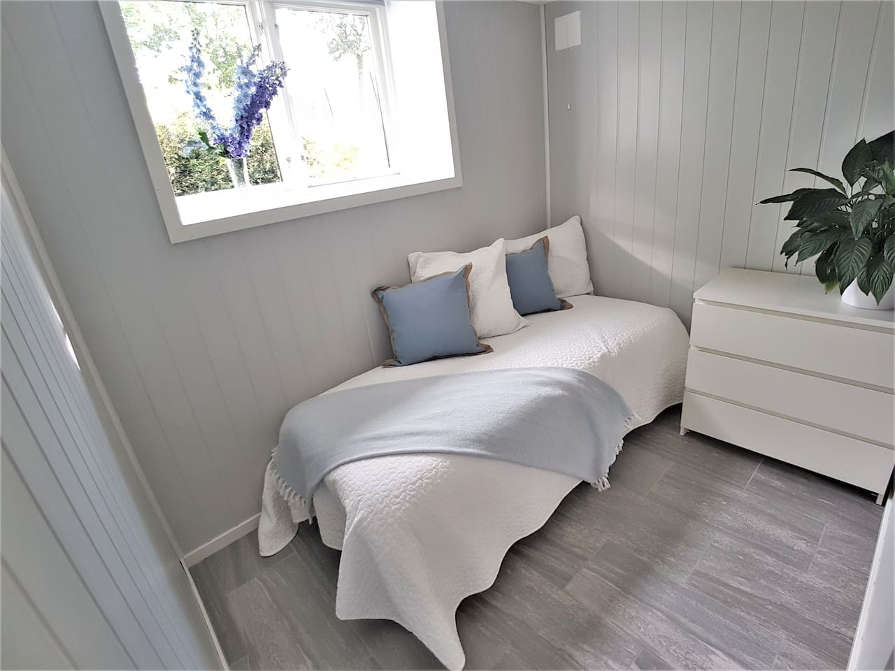 bedroom with 1 single bed