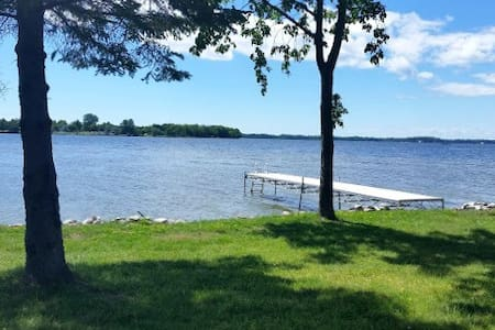 EAGLE POINT COTTAGE (on Brevort Lake): Lakefront ranch cottage-sleeps 12