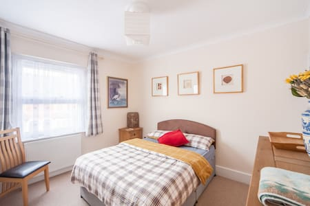 Large Double Room in Cosy Victorian Terrace