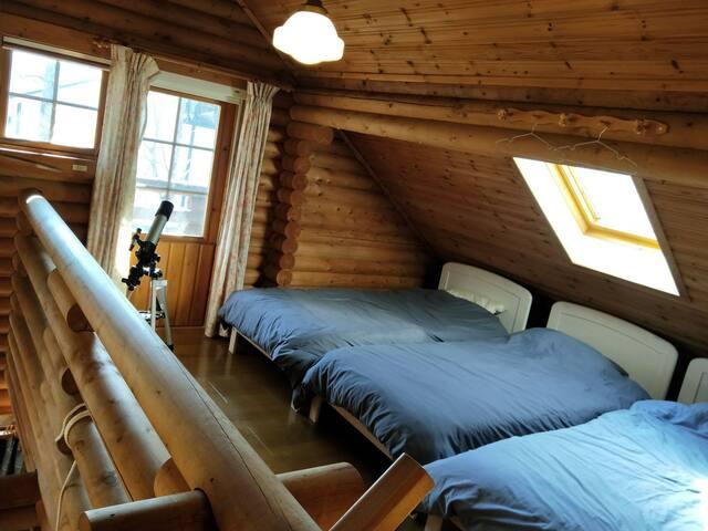 ロフトはベッド3台。こちらも天窓!