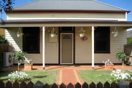 Bloomsbury Cottage - short stay accommodation - Bairnsdale