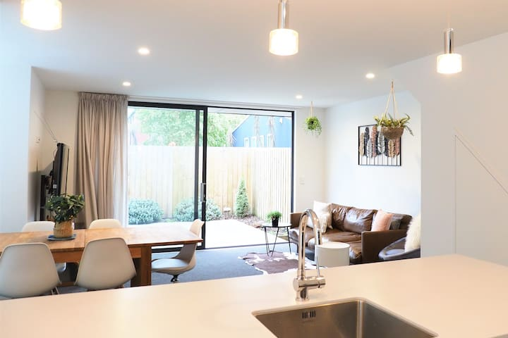 fabulously relaxing and private townhouse in city