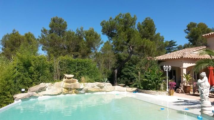 Havre de paix au bord d'une magnifique piscine