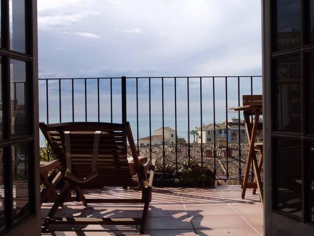Piso de playa con piscina y vistas