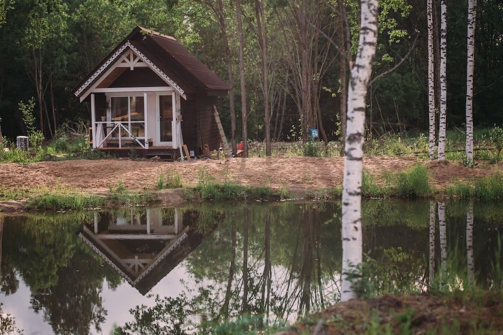 гостевой домик на берегу лесного пруда с чистой родниковой водой