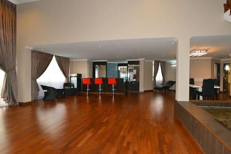 Amazing 3-Storey Penthouse for Homestay in Melaka - มะละกา