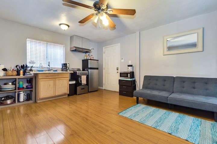 Central to LA Private-Petite Home Unit B