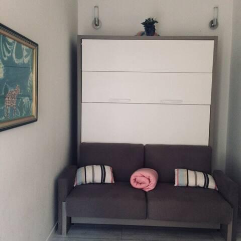La chambre du bas avec un  lit escamotable et  son canapé fixe