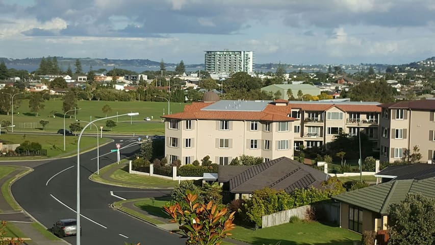 Seaviews + easy walk to Orewa beach - Orewa