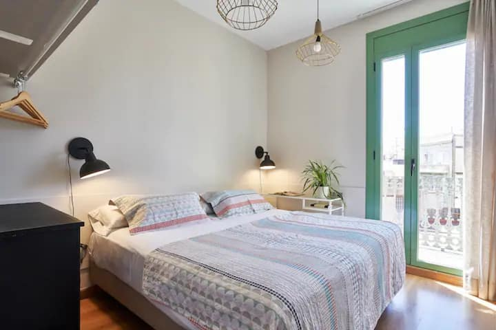 Great bedroom with balcony in Sants-amazing flat