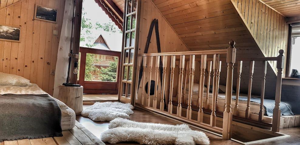 Na górze znajduje się jedna otwarta sypialnia (dwa łóżka dwuosobowe) z wyjściem na balkon.