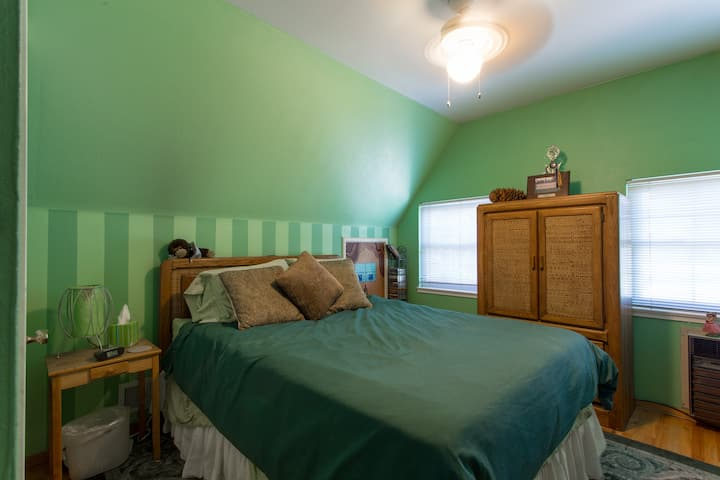 Quiet upstairs room w\Hall 3/4 Bath shower only