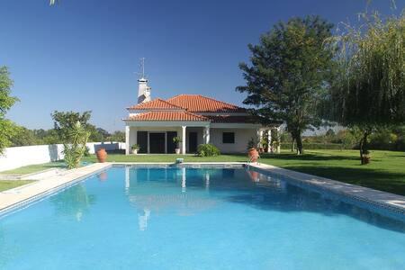 Moradia com piscina e salão de festas - Fajarda