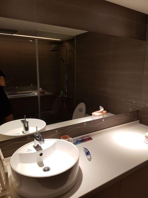 跟飯店一樣寬敞的洗手台喔~