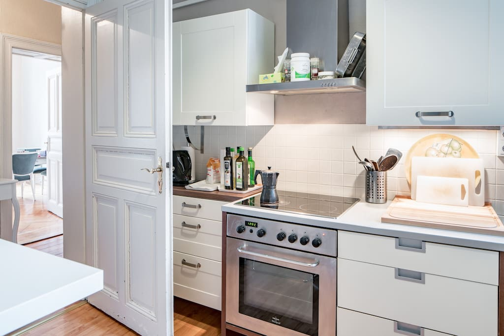 Küche mit der normalen Ausstattung zum Kochen