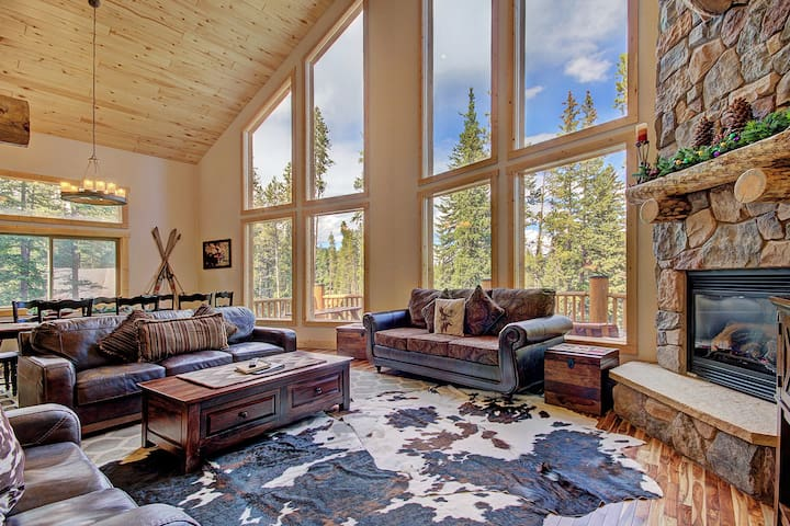 Mountain & Lake Views, 3 King Bedrooms, Private Hot Tub - Grand Moose Lodge by SkyRun