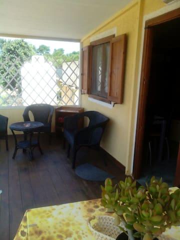 Nella veranda dell'appartamento si trova un salottino ed un tavolo per deliziose cenette all'aperto.