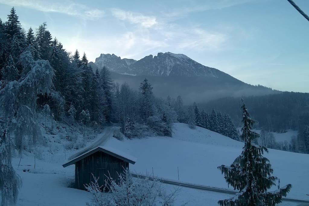Winteraussicht von der Ferienwohnung, im Hintergrund der Hochkalter, die Schärtenspitze und der Steinberg