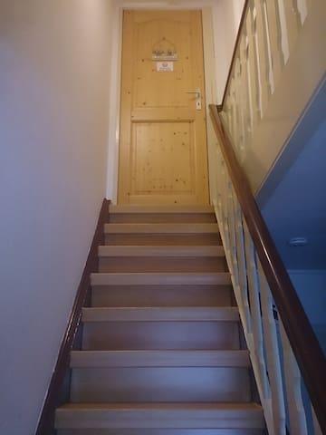 steile Treppe zum OG (Jule, Wohnzimmer)