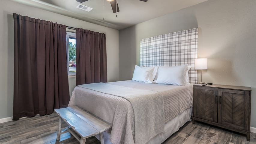 Bedroom 1 Queen size bed. Large closet. Flat screen TV with Netflix, Prime Video, HBO,  Disney+ and HULU provided. High Speed wifi. Ceiling fan and reading lamp. Linens are provided along with an extra set for each bed.