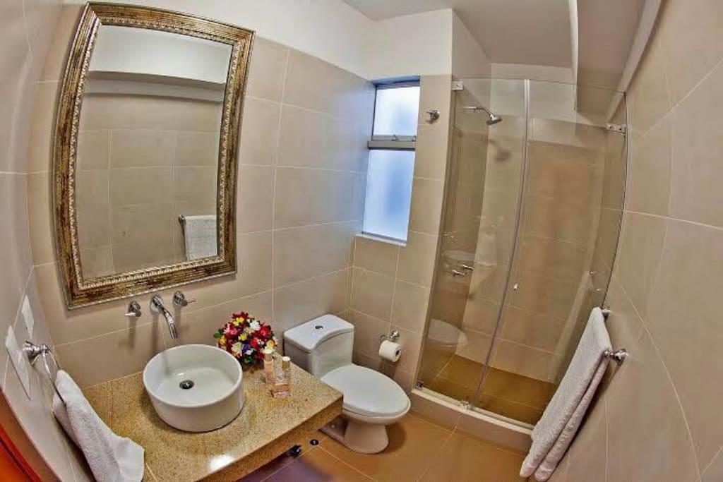 El baño que solo usarán los huéspedes de esta habitación.
