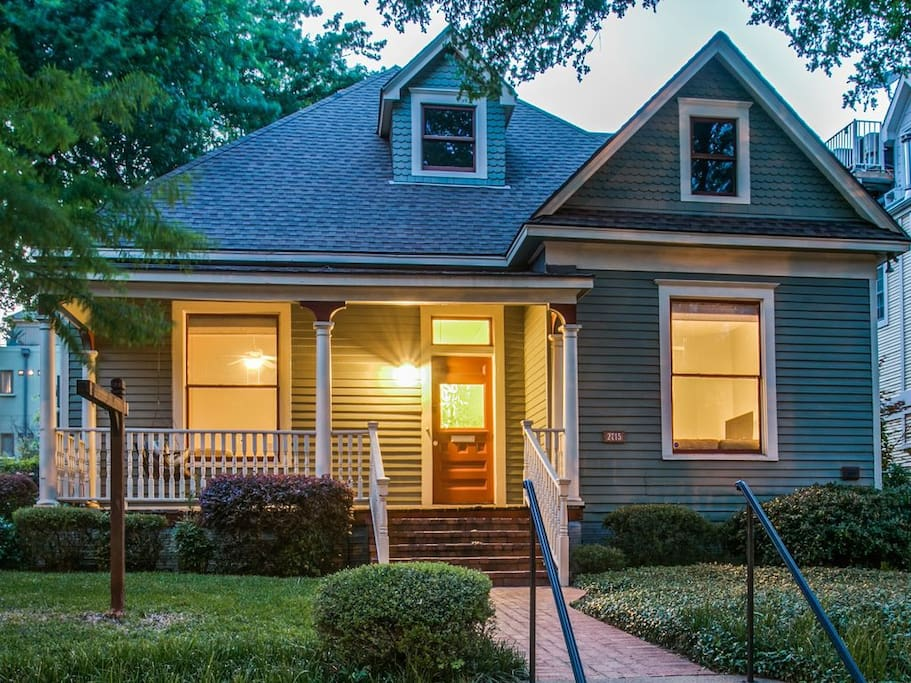 """Front of the house - super unique in Uptown where most listings are town homes or apartments  """"Zvi was an awesome host and responded to messages quickly! The house was adorable and in an AMAZING location right near Mckinney Ave!"""""""