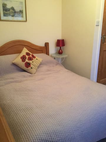 DOUBLE ROOM IN SIDMOUTH IN QUIET RESIDENTIAL ROAD