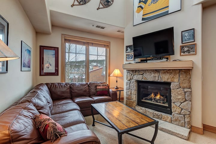 Steps to Main St Breckenridge, Mountain and Ski Lifts. Private Hot Tub w/ a View! - Park Avenue Lofts 307