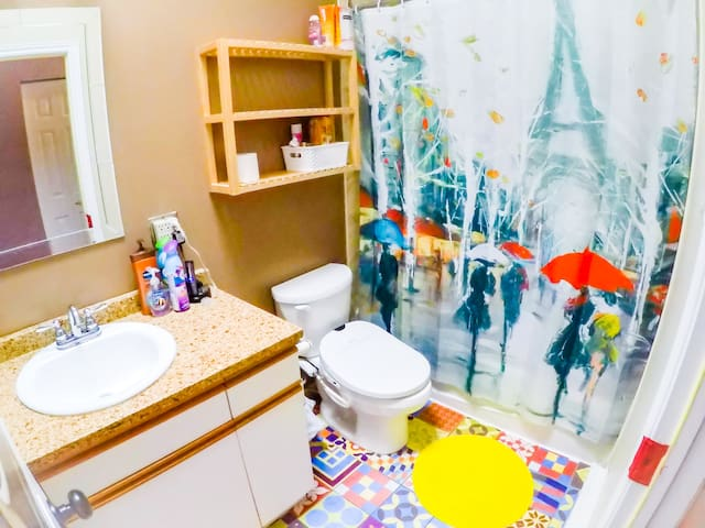 Always perfectly clean and pristine  shared guest bathroom with extra shampoo, conditioner, body wash, and hair dryers for our guests! :)