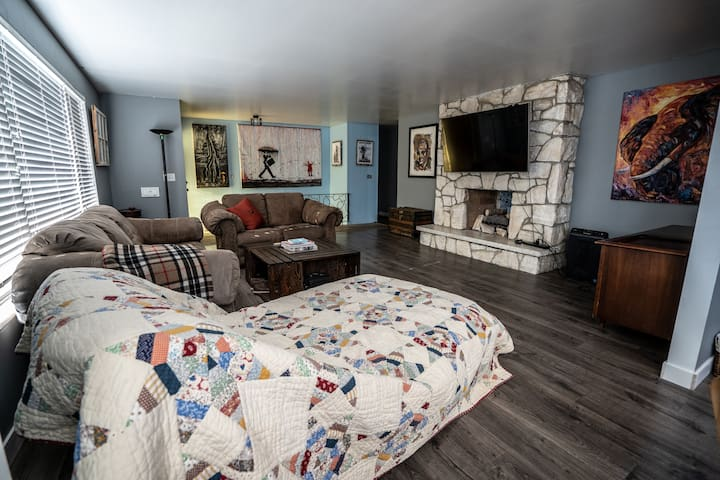 Master bed with private Bath near airport/downtown
