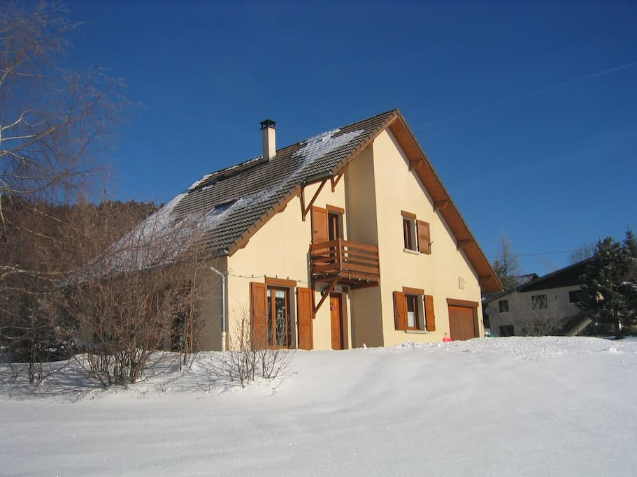The house from the garden in winter. La maison en hiver