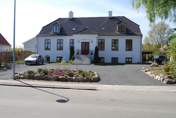 Dejligt værelse i stor patricierejendom med pool - Kongens Lyngby - Villa