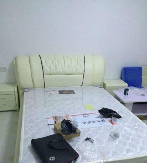 这张床不是很大 但是单人住 还是没问题的