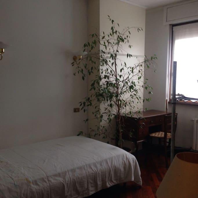 stanza con letto matrimoniale e scrivania / bedroom with double bed and desk