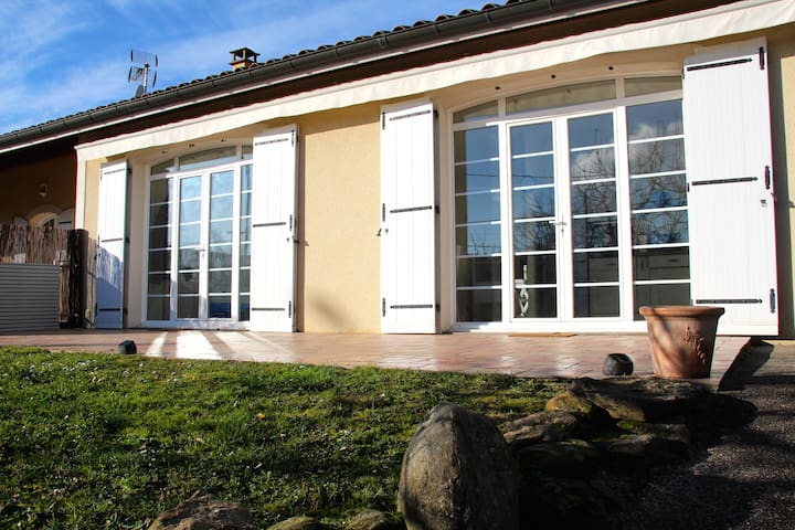 Spacious guesthouse near Lyon - Chuzelles - 公寓