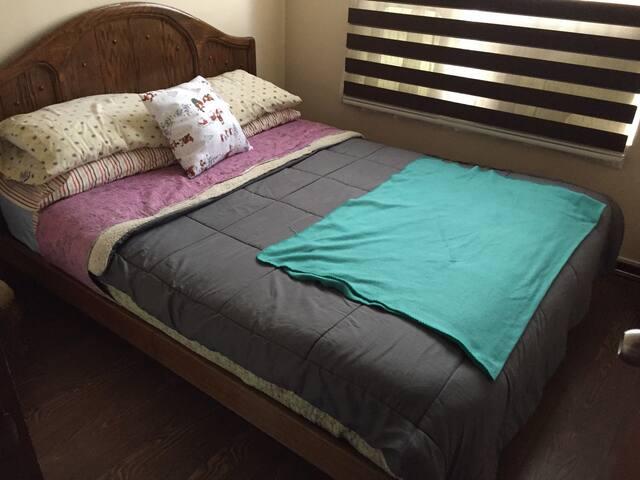 Habitación confortable minimalista, cama 2 plazas