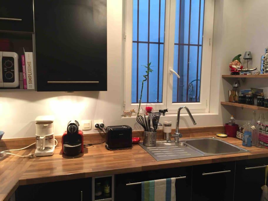 Cuisine: plan travail avec micro onde , lave vaisselle, machine Nespresso