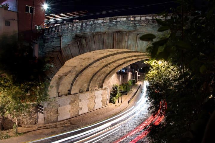 Vista nocturna al puente desde la terraza común