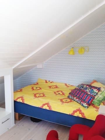 Soverom 3 med liten veranda og seng på 120 cm
