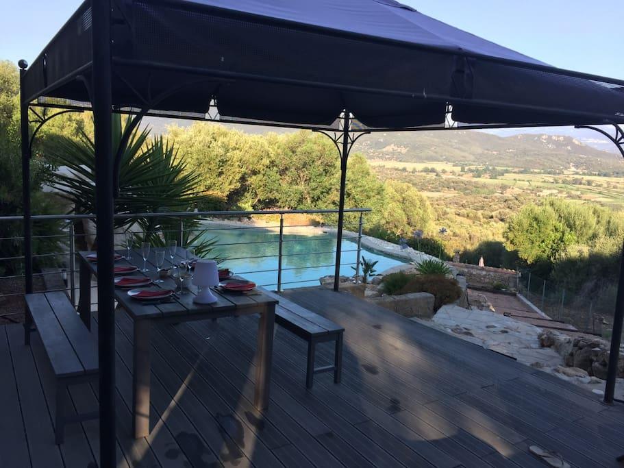 Terrasse appartement vue piscine et mer