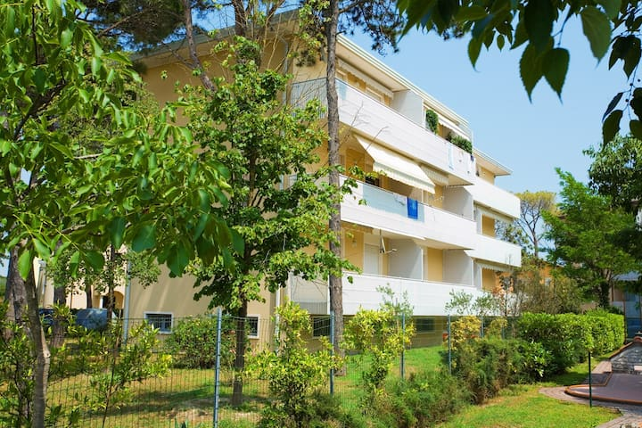 Apt for 2+2 pers - dog welcome in Bibione R53643