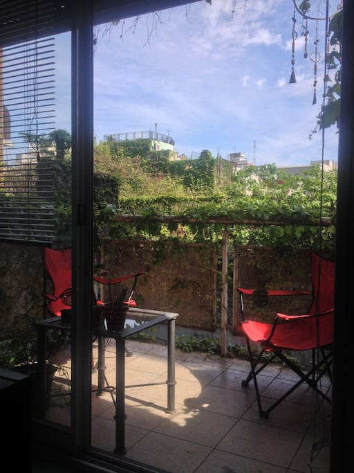 Muy lindo balcón a pulmón de manzana con orientación Norte. (Sol después del mediodía)