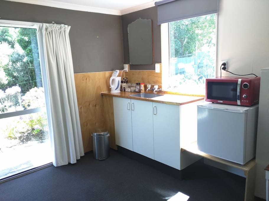 Kitchenette for tea and coffee, fridge, microwave. (