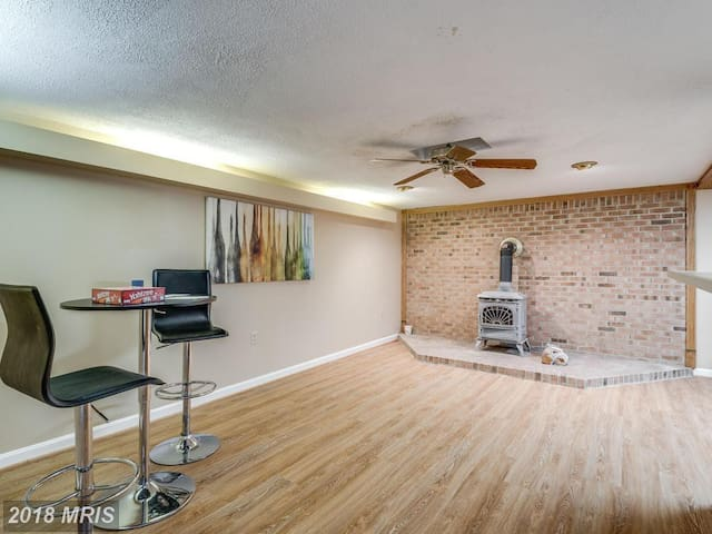 3-Room, 1700 Sqft Basement Apt. 2 PRVT Entrances!