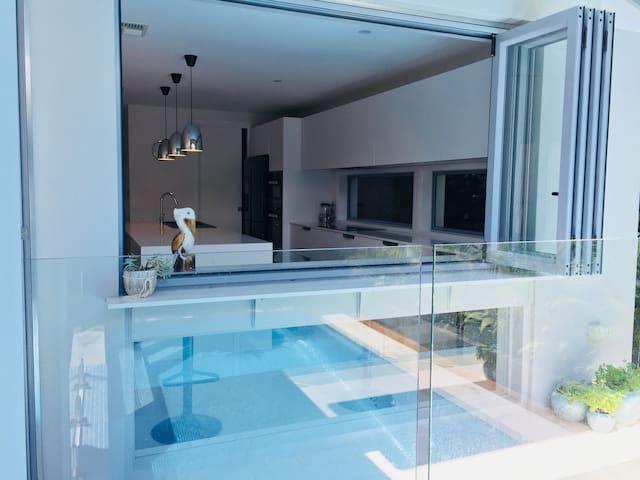 Azure Manly Luxury Beachfront and Pool Retreat