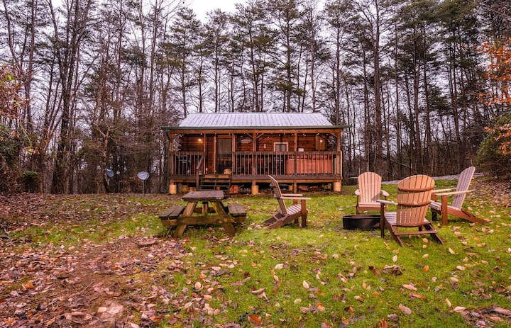 The Retreat - Cozy studio cabin - Hot Tub, Firepit, pond, natural playground