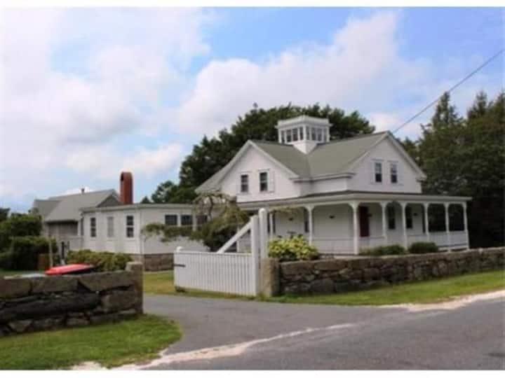 Fantastic Victorian Farmhouse, 10 minutes to beach