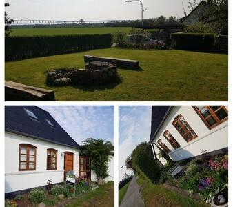Hus ved strand - nær Rudkøbing by
